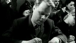 DEFA Actors Give Autographs - Newsreel 1960/14/7